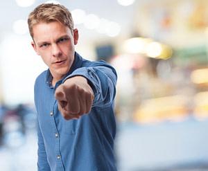 Bapa menunjukkan jarinya kepada anak tanda marah